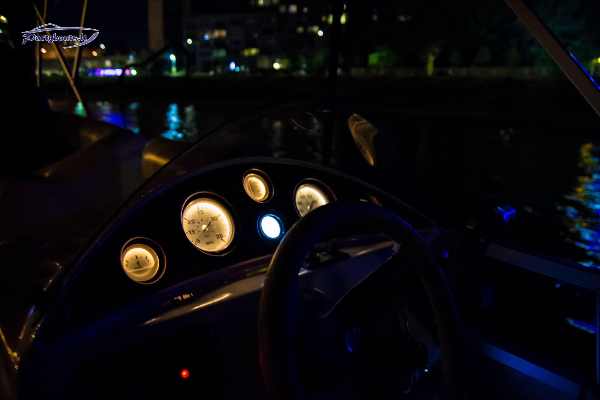 Plaukimas laivu naktį